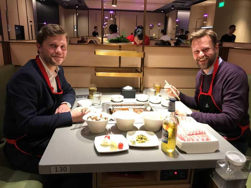 To menn ved et restaurantbord