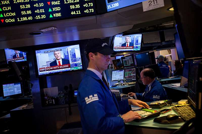 Trader på New York Stock Exchange foran skjerm